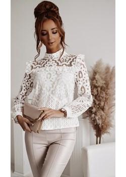Biała bluzka zdobiona koronką i falbaną z półgolfem LA FEMME BOUTIQUE - kod rabatowy