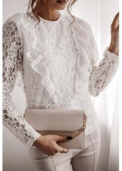 Biała, koronkowa bluzka z falbanką i dekoltem na plecach LA FEMME BOUTIQUE - kod rabatowy