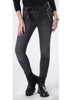 dopasowane jeansy z paskiem i łańcuszkiem Ptakmoda.com ptakmoda.com - kod rabatowy