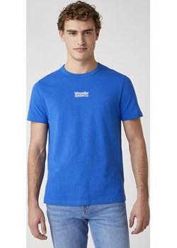 T-shirt Męski Wrangler SEAS LOGO TEE w kolorze niebieskim Wrangler wyprzedaż Texas Club - kod rabatowy