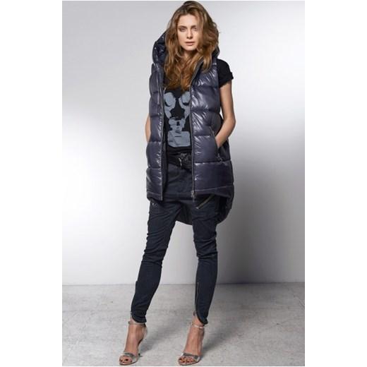 Kamizelka damska, podobnie jak spodnie, koszula czy marynarka, została przez kobiety zapożyczona z szaf mężczyzn. Uznawana niegdyś za obowiązkowy element garnituru męskiego, stała się szykownym elementem damskiej garderoby, podkreślającym walory kobiecej sylwetki.