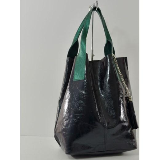 8c44fa58ad715 Skórzana czarna torebka worek z zielonymi uchami cervandone-pl czarny  casual ...