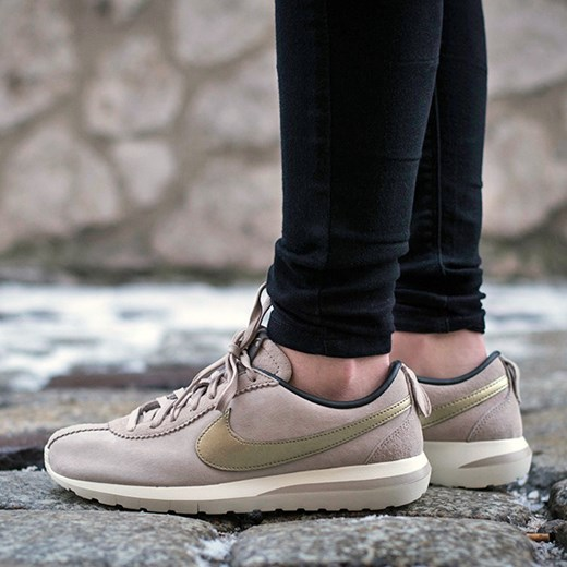 10a74c36b504e Buty damskie sneakersy Nike Roshe Cortez NM Premium Suede 819862 200  sneakerstudio-pl szary Buty ...