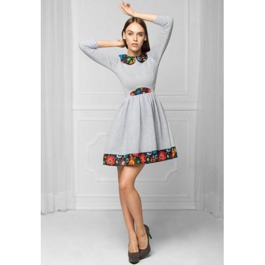 890d8ca763 MONNOM BOUTIQUE Dzianinowa rozkloszowana sukienka w stylu FOLK szara  arkanymody szary bawełna