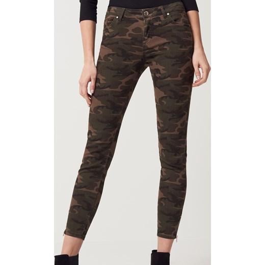a5c53e43c67978 Mohito - Militarne jeansy moro after hours Zielony czarny w Domodi