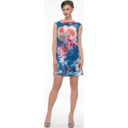 c38a0cea84 Trapezowa sukienka z szalowym dekoltem MIRACLE rozowy Potis   Verso Eye For  Fashion