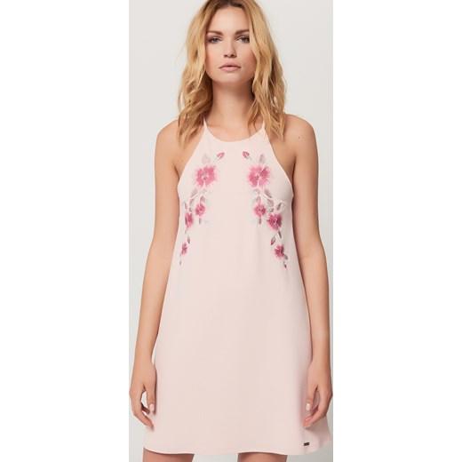715d5260fd Mohito - Pudrowa sukienka z kwiatowym haftem - Różowy bezowy Mohito XXS ...