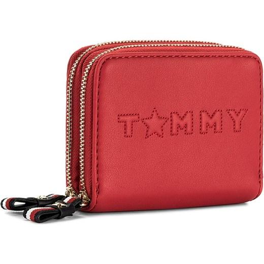 01b59f82db12e Mały Portfel Damski TOMMY HILFIGER - Logo Story Med Dbl Za Wallet  AW0AW04284 614 czerwony Tommy