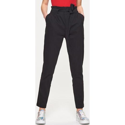 da05b0e48e89 Cropp - Materiałowe spodnie paperbag - Czarny Cropp czarny 40 ...