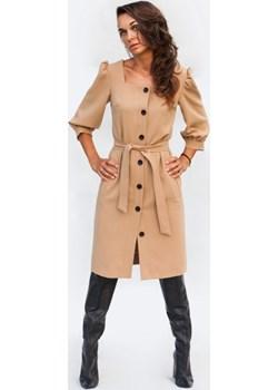 Karmelowa sukienka z guzikami Fenderr   - kod rabatowy