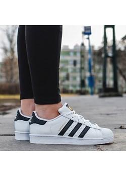 Buty damskie sneakersy Adidas Originals Superstar C77124 sneakerstudio-pl niebieski Buty sportowe casual - kod rabatowy