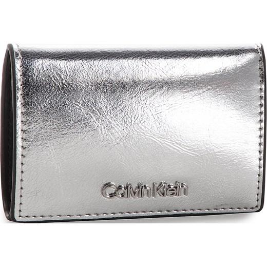 88eda2ec845c3 Portfel damski Calvin Klein srebrny elegancki w Domodi
