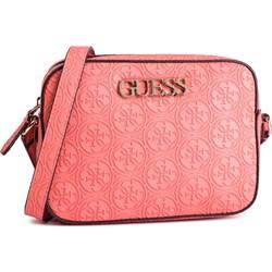 e874c5baebc07 Listonoszka Guess na ramię różowa średnia z aplikacjami w stylu  młodzieżowym z tłoczeniem ...