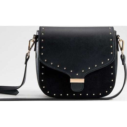 3315883b9b987 Mini torebka z dżetami. Listonoszka czarna Mohito casualowa zdobiona  średnia z aplikacjami ...