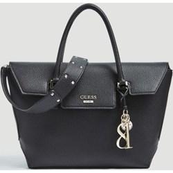 09846da482a0a Shopper bag Guess z poliestru ze zdobieniami na ramię czarna z breloczkiem  duża