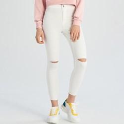 bc4fc9d55628f2 Białe jeansy damskie Sinsay w miejskim stylu
