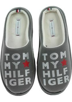 KAPCIE TOMMY HILFIGER Metallic Print Home Slipper FW0FW04181 023 Tommy Hilfiger  okazja Riccardo  - kod rabatowy