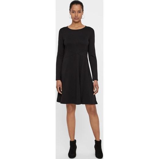 c3f732c27 ... Sukienka czarna Vero Moda midi z długimi rękawami trapezowa z okrągłym  dekoltem ...