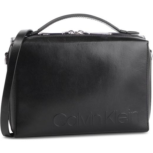 d275dc19df47b Listonoszka Calvin Klein matowa na ramię casualowa bez dodatków średnia