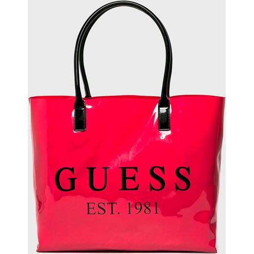 e09a479bee7b3 Shopper bag Guess Jeans różowa na ramię mieszcząca a5 bez dodatków  lakierowana w Domodi