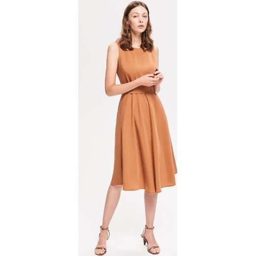 8d894fac2e ... okrągłym dekoltem  Sukienka Reserved bez wzorów brązowa bez rękawów  midi ...