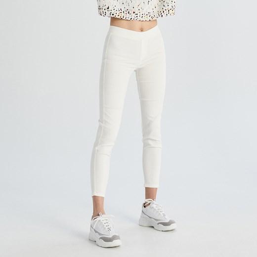 99b5b232a58d0a Jeansy damskie białe Sinsay w miejskim stylu bez wzorów w Domodi