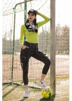 Szare joggery z kieszeniami oraz szelkami.  Olika olika.com.pl - kod rabatowy