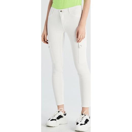 516c2bb3275368 Sinsay - Spodnie z kieszeniami cargo - Biały Sinsay 42 ...