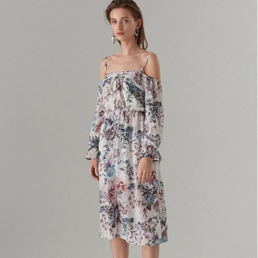 a8c27ddb62 Sukienka Mohito w kwiaty z długim rękawem z dekoltem typu hiszpanka maxi ...