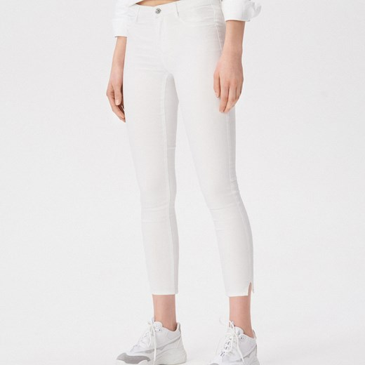 6cbd6c2c4fa1ae Jeansy damskie białe Sinsay w miejskim stylu w Domodi