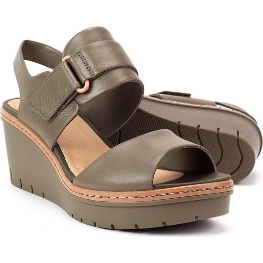 6dc7b128 Sandały damskie Clarks bez wzorów skórzane na koturnie; Sandały damskie  brązowe Clarks casual na koturnie ...
