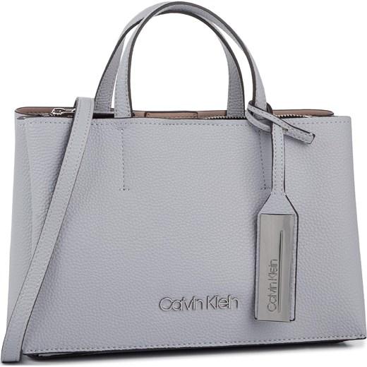23fcd75a072ea7 Biała shopper bag Calvin Klein matowa z frędzlami do ręki średnia w ...