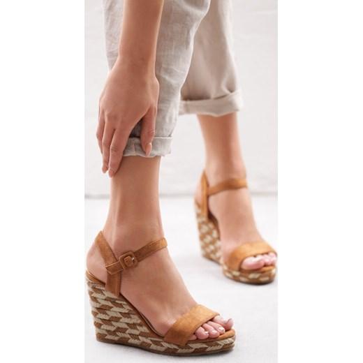00ce6398 Brązowe sandały damskie Born2be z klamrą na koturnie na wysokim obcasie ...
