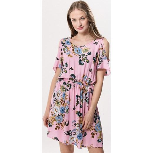 eec49de1b0 Sukienka Born2be w kwiaty różowa mini z krótkimi rękawami z okrągłym  dekoltem na spacer ...
