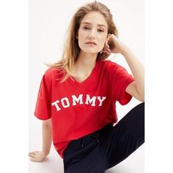 95d4d6975cdd5a Bluzka damska Tommy Hilfiger w stylu młodzieżowym z napisami