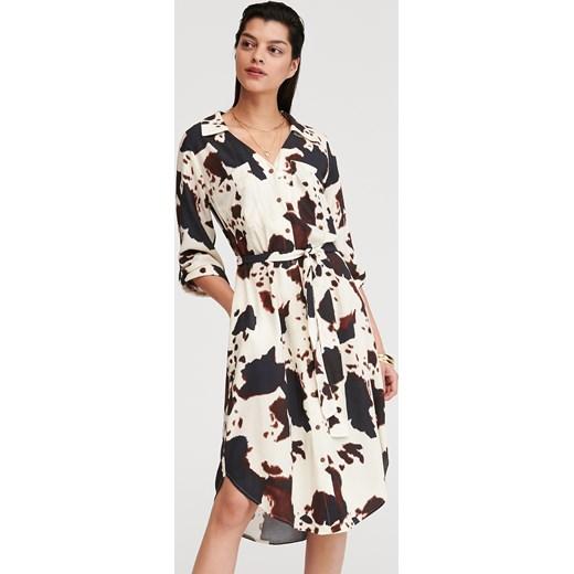 34c6c5a9a5e698 Sukienka Reserved w zwierzęcy wzór na spacer; Sukienka wielokolorowa  Reserved na spacer z długim rękawem ...