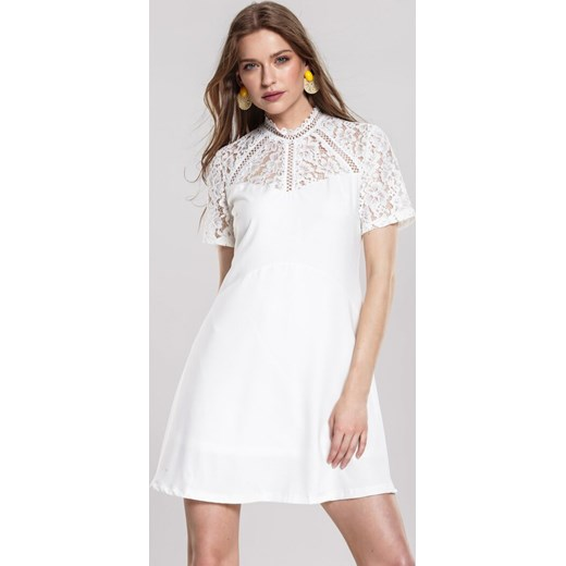 a7e719e26 Biała sukienka Renee z okrągłym dekoltem mini w Domodi