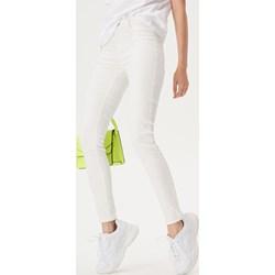 c1f0deafcc475c Białe jeansy damskie, lato 2019 w Domodi