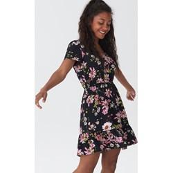 28dd42ebbc84ec Sukienka House rozkloszowana w kwiaty na spacer