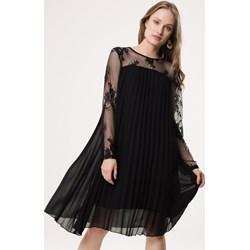 c7dbbfdba9f916 Sukienka czarna Born2be z okrągłym dekoltem elegancka z długim rękawem midi