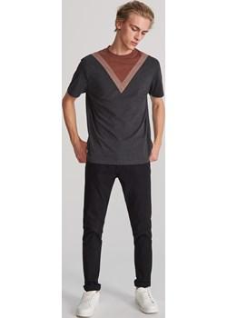 Reserved - T-shirt z geometryczną wstawką - Brązowy  Reserved  - kod rabatowy