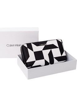 CALVIN KLEIN PORTFEL DAMSKI CK MUST LRG DOUBLE ZIP BLACK AND WHITE K60K605184 910 Calvin Klein  messimo - kod rabatowy