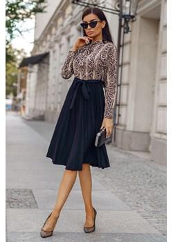 Sukienka Doris Beige Snake-BK01-One Size Plisowana sukienka wiązana pod szyją, z długim rękawem i rozkloszowanym dołem.  Molerin  - kod rabatowy