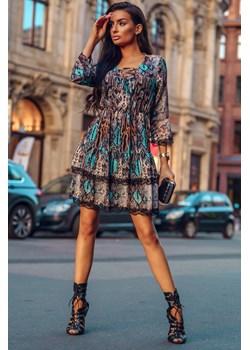 SUKIENKA ROZKLOSZOWANA DOMINIKA BLUE Rozkloszowana sukienka z dwiema falbanami, rozszerzanym rękawkiem i sznurowanym dekoltem. Gumka wszyta w pasie podkreśla talię  Molerin  - kod rabatowy