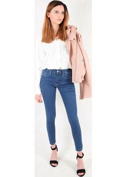 Niebieskie spodnie jeansowe ze średnim stanem   berry.com.pl - kod rabatowy