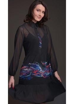 Sukienka szyfonowa czarna z kołnierzykiem i falbanami z kolorowym motywem - KOLEKCJA FALA Tarionus S.c. www.taravio.pl promocyjna cena - kod rabatowy