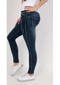 Spodnie jeansowe plus size z lampasami Olika  olika.com.pl - kod rabatowy