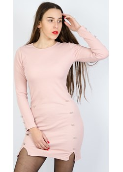 Różowa  dopasowana sukienka ze złotymi guzikami Olika  olika.com.pl - kod rabatowy