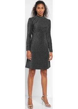 Błyszcząca sukienka z bufkami orsay.com - kod rabatowy