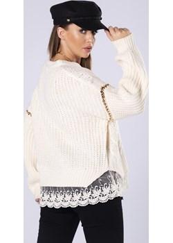 Oversize'owy sweter z koronkową lamówką i ozdobnymi łańcuchami Candivia 2020 - kod rabatowy